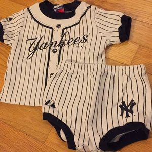 Yankees t-shirt and diaper cover set, 3-6 months